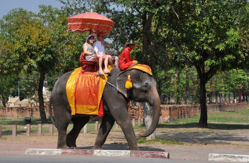 Ayutthaya, Tailândia: Visitantes que montam um elefante fotos de stock royalty free