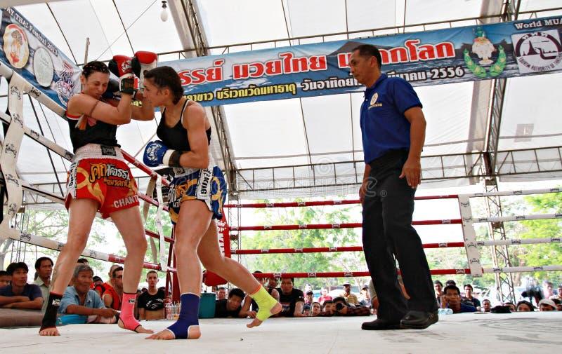 Combate de boxeo tailandés en la lucha tailandesa Fastival de Muay imágenes de archivo libres de regalías