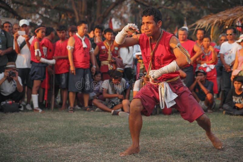 AYUTTHAYA, TAILANDIA - MARZO 17,2013: El amo asiático de los artes marciales del varón adulto muestra danza ceremonial foto de archivo libre de regalías