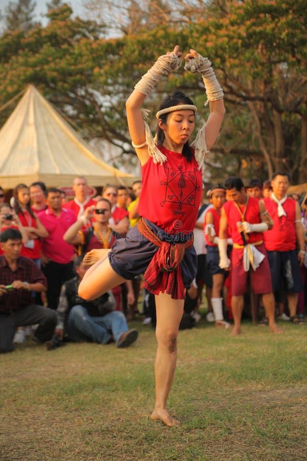 AYUTTHAYA, TAILANDIA - MARZO 17,2013: El amo tailandés muay asiático adulto femenino muestra ceremonia tradicional del kru del wa foto de archivo libre de regalías