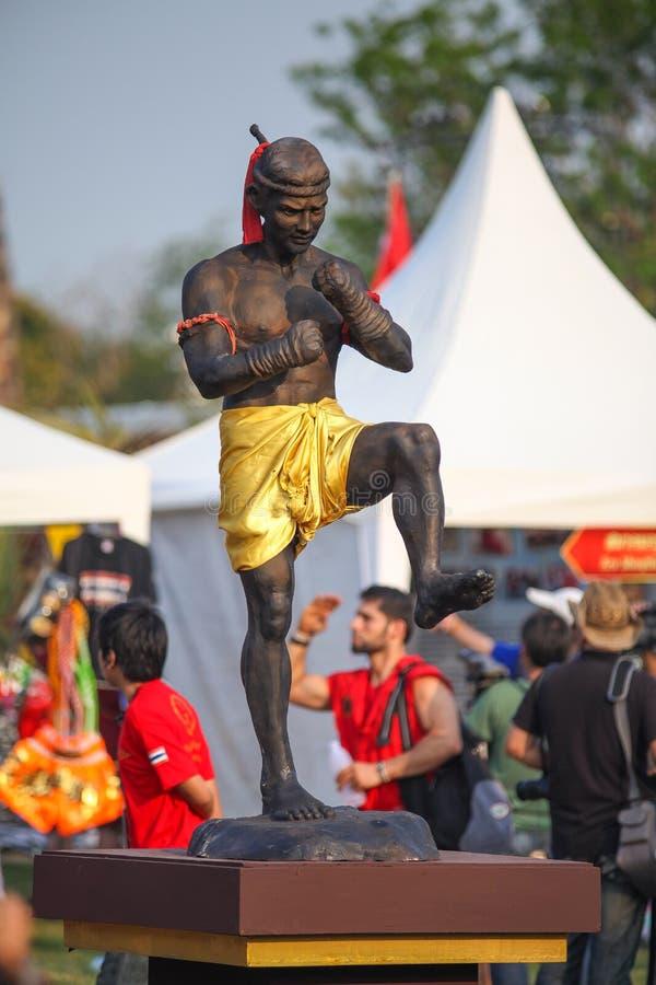 AYUTTHAYA, TAILANDIA - MARZO 17,2013: Estatua tailandesa del boxeador en la ceremonia de Wai Kru en Wat Phutthaisawan en la ciuda foto de archivo