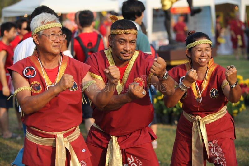 AYUTTHAYA, TAILANDIA - MARZO 17,2013: Tres tailandeses de Muay mayores de los amos en una actitud del combate durante Wai Kroo imágenes de archivo libres de regalías