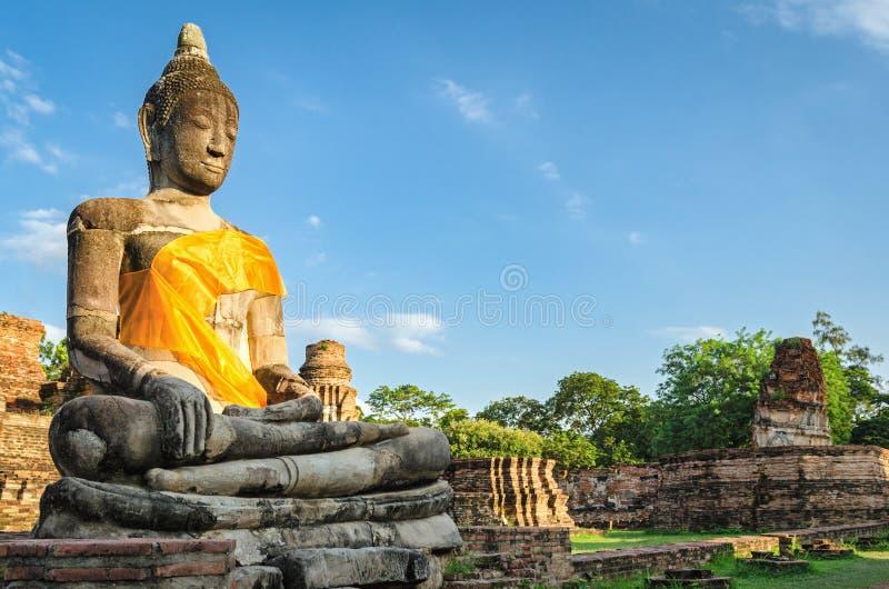 Ayutthaya Tailandia, statua di Buddha del gigante in un vecchio tempio immagine stock