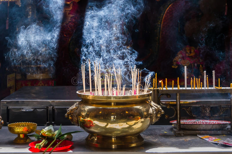 Ayutthaya, Thaïlande - octobre, 21, 2016 : Joss brûlant sur grand photos libres de droits