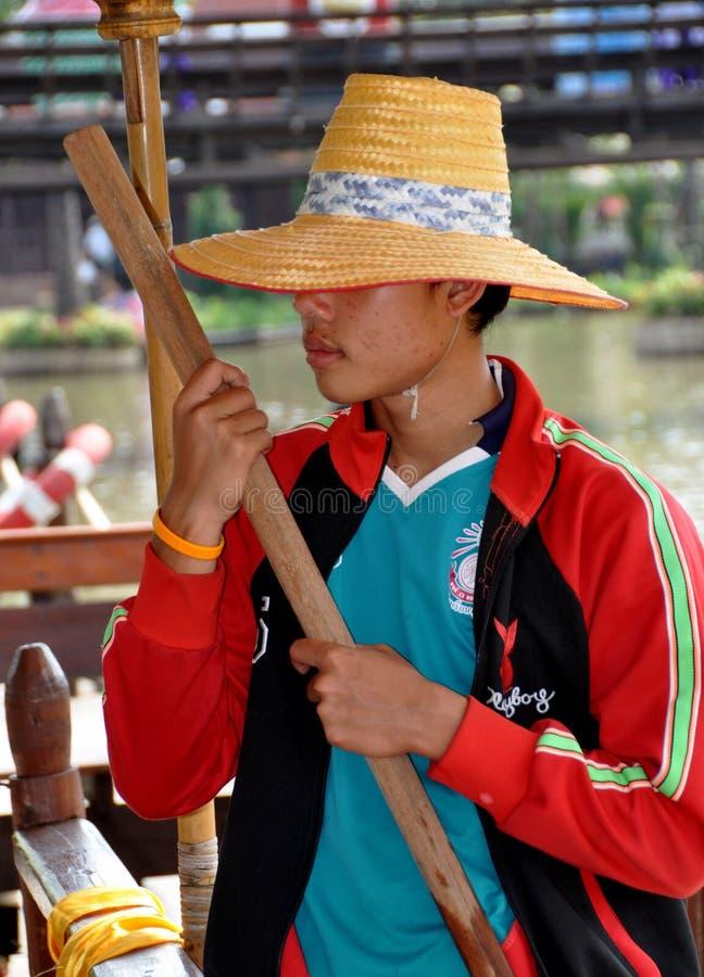 Ayutthaya, Thailand: Boatman met de Hoed van het Stro stock foto