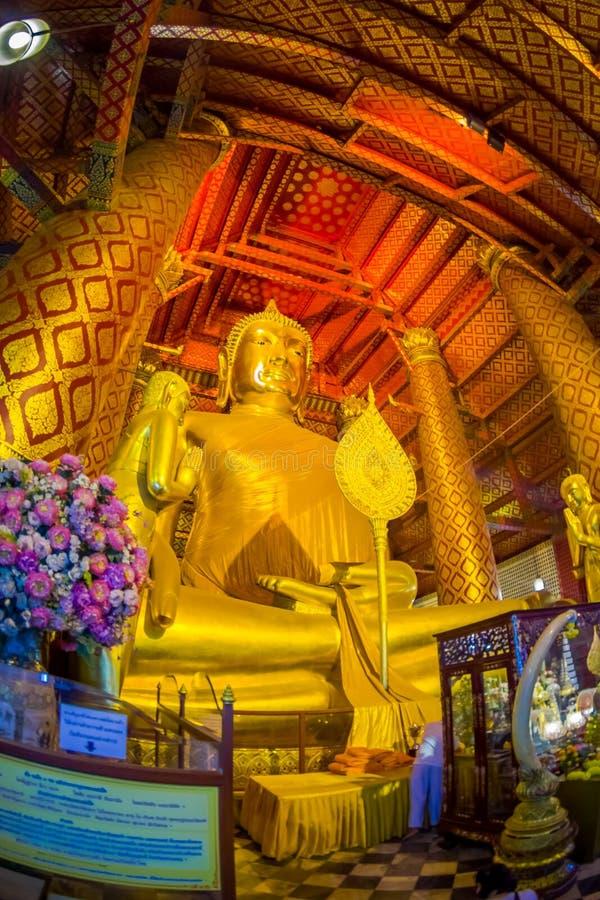 AYUTTHAYA THAILAND, FEBRUARI, 08, 2018: Inomhus sikt av den guld- budhastatyn som täckas med ett gult tyg som inom lokaliseras fotografering för bildbyråer