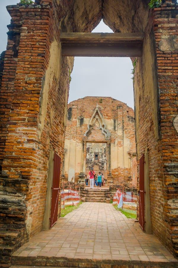 AYUTTHAYA, THAILAND, 08 FEBRUARI, 2018: Niet geïdentificeerde mensen die bij de centrale pagode van wat Ratchaburana lopen tijden royalty-vrije stock afbeelding