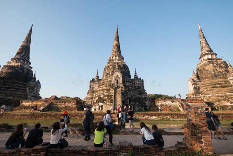 Ayutthaya, Thailand - Januari 1, 2018: Wat Phra Si Sanphet drie pagode - Vele mensen die foto nemen Archeologische plaats stock foto's