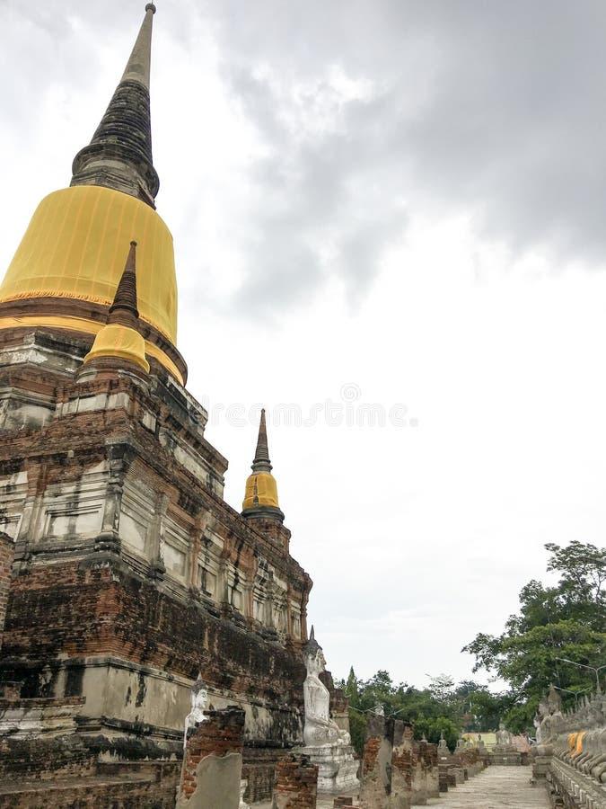 Ayutthaya, Thailand - 8. Juni 2019: Wat Yai Chaimongkol Pagoda ist gesehen von fern symbolisches hervorragendes lizenzfreie stockfotografie