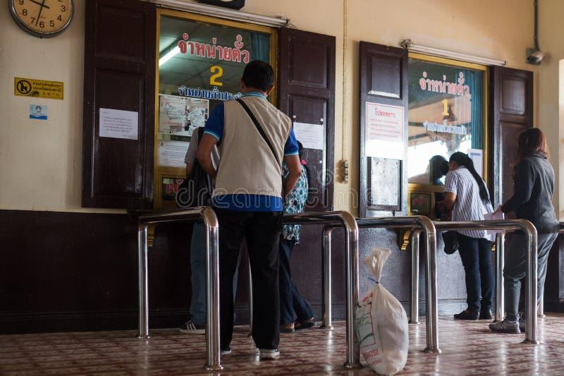 AYUTTHAYA, THAILAND - 1. November 2017: Passagier stehen oben an, um Karten im kleinen thailändischen Bahnhof zu kaufen stockfotografie