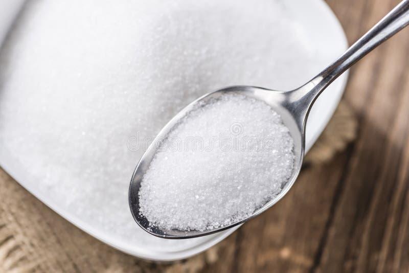 Azúcar blanco en una cuchara imagenes de archivo