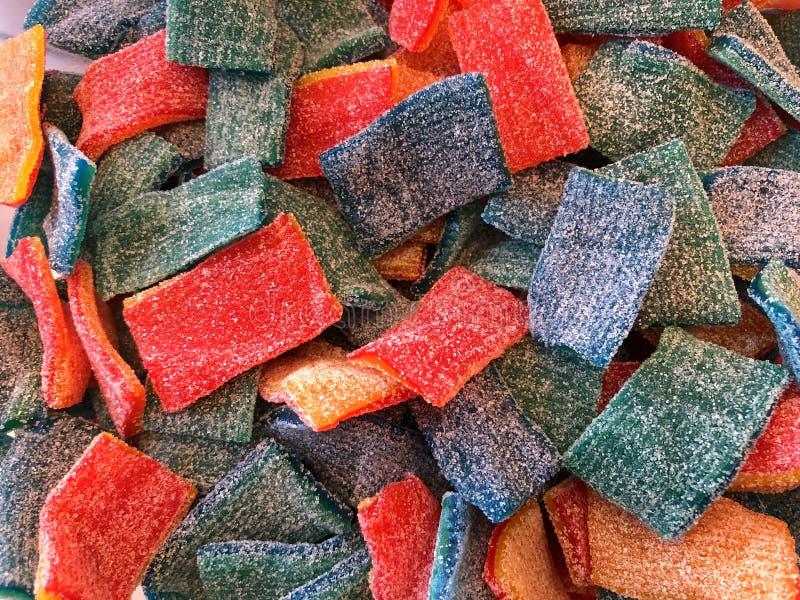 Azúcar colorido del caramelo del rollo de la fruta del fondo de la visión superior cubierto fotos de archivo libres de regalías