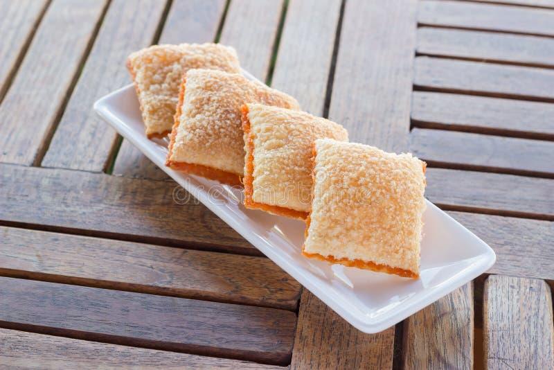 Azúcar de la mantequilla de las galletas cuatro pedazos en el platillo imagen de archivo libre de regalías