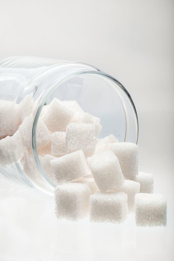 Azúcar de terrón blanco en un tarro de cristal fotos de archivo libres de regalías