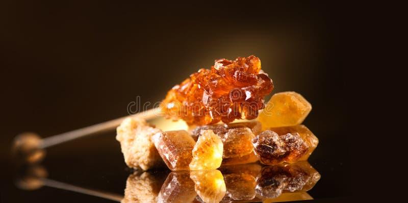 azúcar Diverso azúcar marrón Primer del azúcar de caña en fondo negro Montón del azúcar marrón del bastón fotos de archivo libres de regalías
