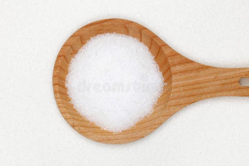 Azúcar en una cuchara de madera imagen de archivo libre de regalías