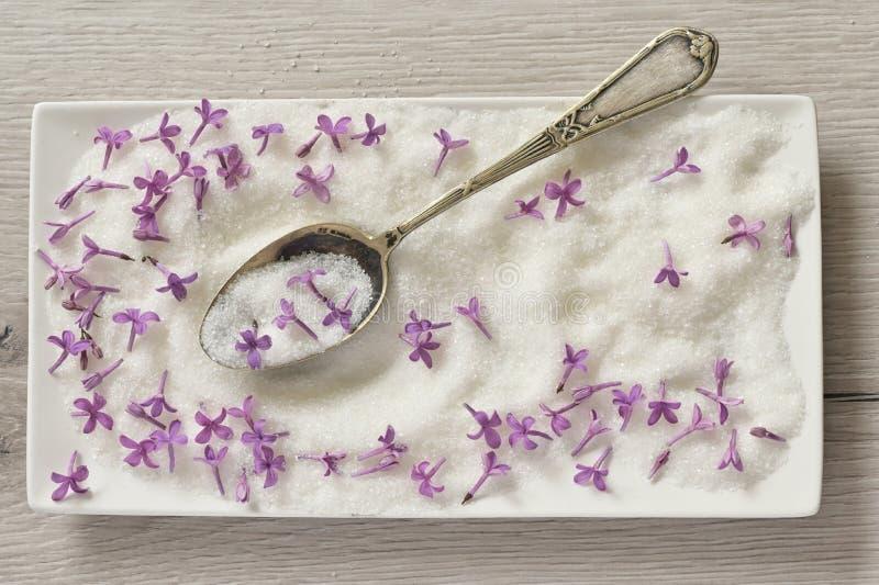 Azúcar Lilac En Cuchara En Mesa De Madera fotografía de archivo libre de regalías