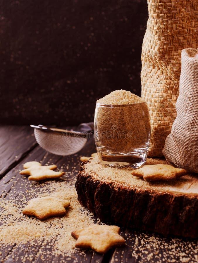 Azúcar marrón cubierto con paja en una taza, fondo de madera, foco selectivo foto de archivo libre de regalías
