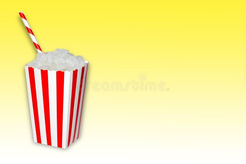 Azúcar ocultado en la comida y los refrescos, bebidas, una caja de las palomitas por completo de cubos cristal del azúcar con una imagenes de archivo