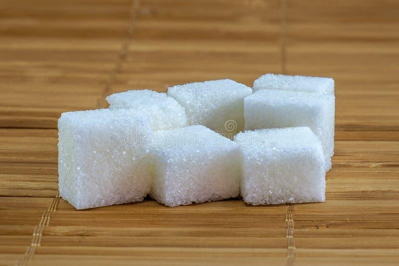 Azúcar refinado en el fondo de bambú foto de archivo libre de regalías