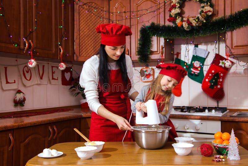 Azúcar rojo festivo de la crema de las magdalenas de la hierbabuena del postre de la cena de la fiesta de Navidad del delantal qu imágenes de archivo libres de regalías