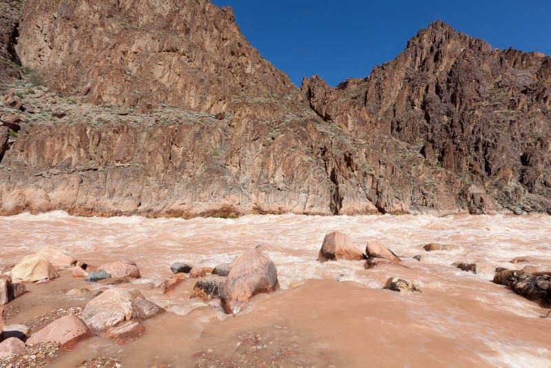 AZ-μεγάλο φαράγγι όπου ο κολπίσκος μνημείων ενώνει το Κολοράντο στα ορμητικά σημεία ποταμού γρανίτη στοκ εικόνα