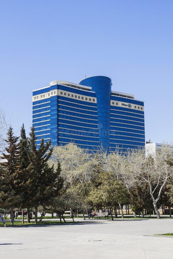 Azadlig-Allee, Baku-Stadt, Aserbaidschan - am 29. März 2017 Stadtpanorama des Hotelgebäude ` Hilton-` lizenzfreies stockfoto
