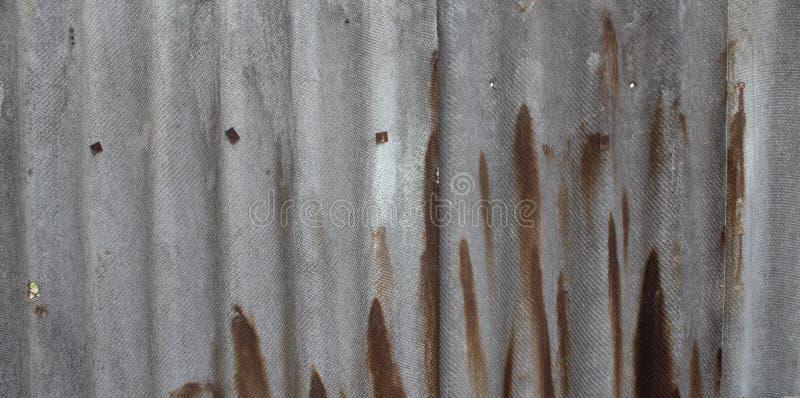 Azbest ściana łupkowa ściana szary i biały z zielonymi liśćmi Brown plamy na łupku obraz stock