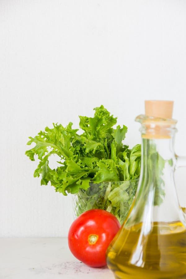 Azeite, alface da salada verde e tomate fresco imagem de stock royalty free