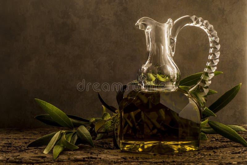 Azeite de Virgin no frasco velho luxuoso do óleo foto de stock