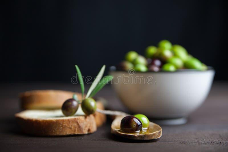 Azeite e pão na madeira fotografia de stock