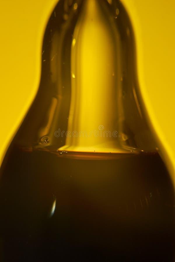 Azeite e vinagre balsâmico, nas peças do serarate de uma garrafa de vidro pera-dada forma foto de stock