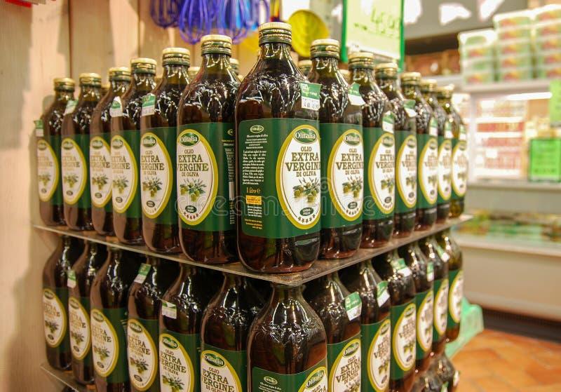 Azeite extra italiano do virgine israely na loja imagem de stock royalty free