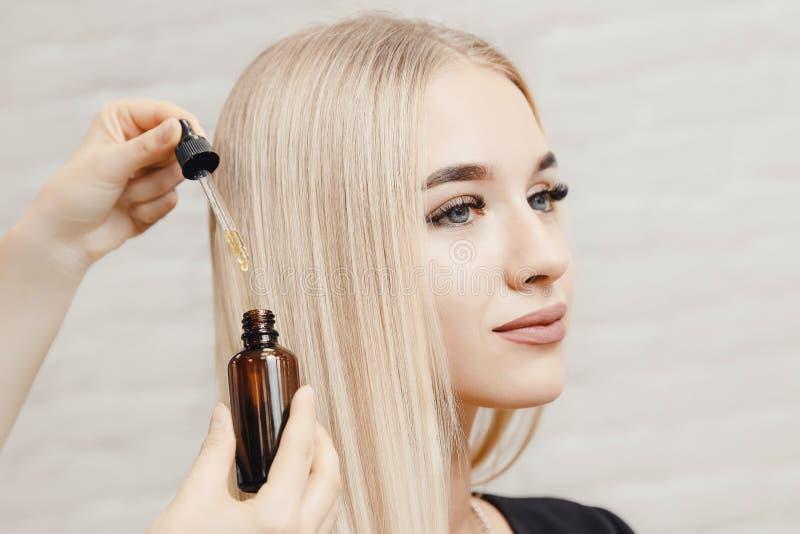 Azeite, skincare e haircare em termas do salão de beleza do cuidado do tratamento do cabelo foto de stock royalty free