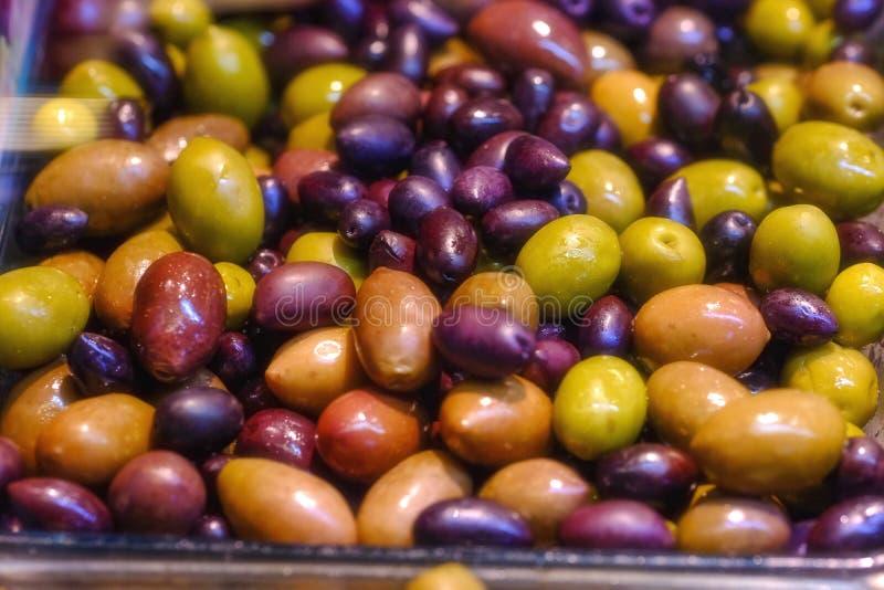 Azeitonas, óleo e cor postos de conserva deliciosos imagens de stock royalty free