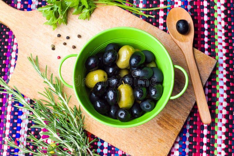 Azeitonas com alecrins e salsa imagem de stock