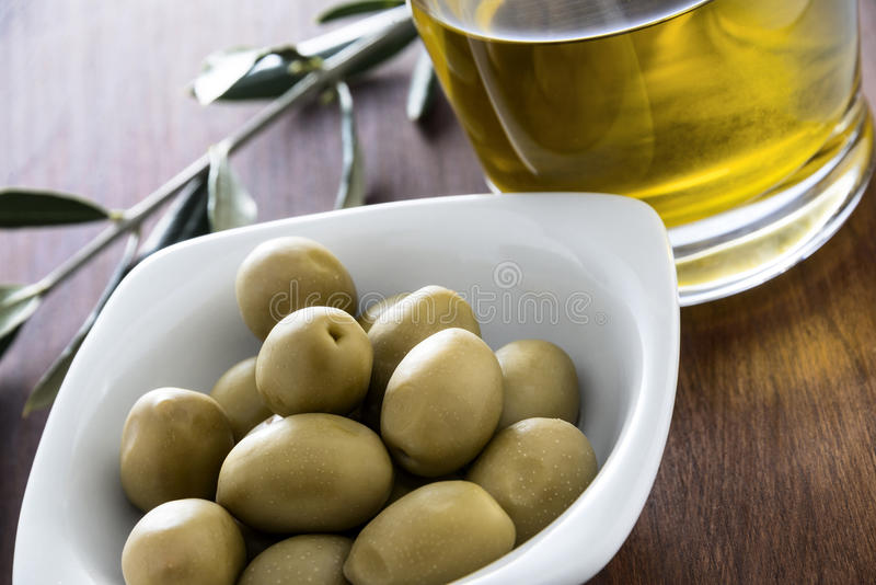 Azeitonas e óleo foto de stock