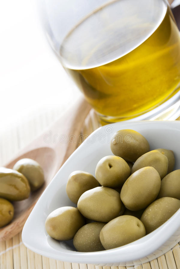 Azeitonas e óleo italianos fotos de stock
