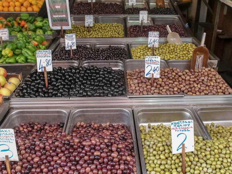 Azeitonas e frutos preservados no mercado central de Atenas imagens de stock royalty free