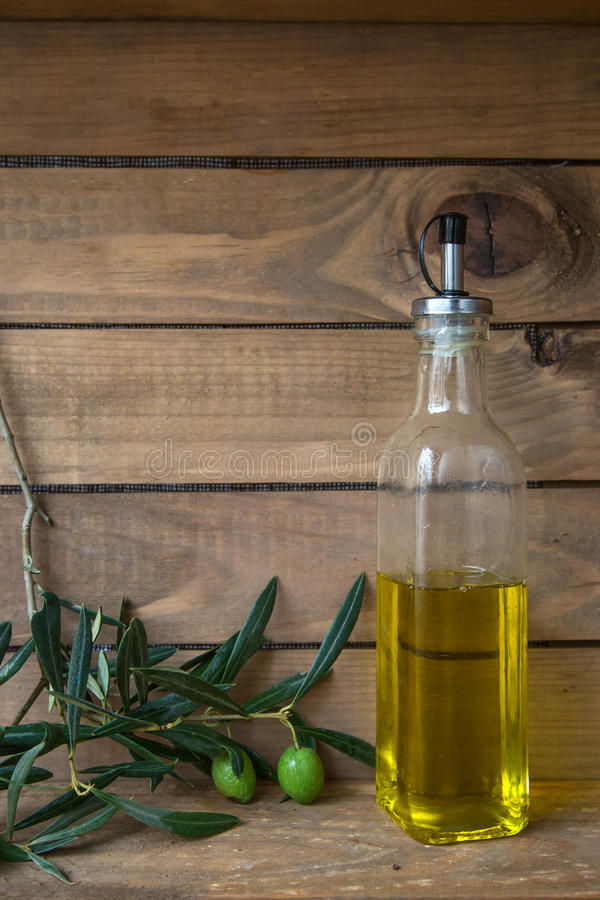 Azeitonas e garrafa do óleo, alimento com fundo de madeira fotografia de stock royalty free