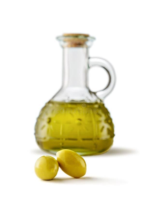 Azeitonas e garrafa do azeite virgem imagem de stock royalty free
