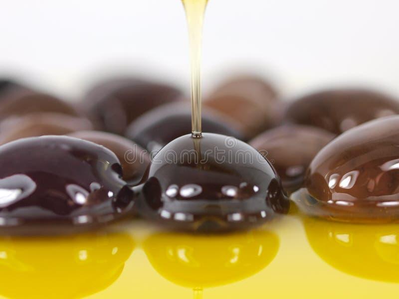 Azeitonas e petróleo verde-oliva imagem de stock royalty free