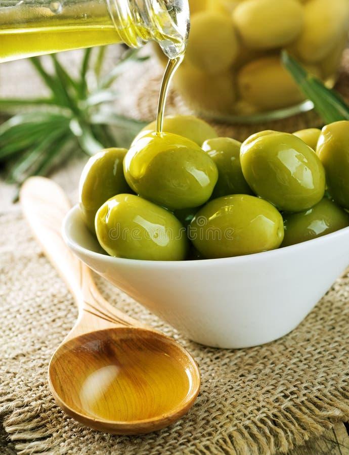 Azeitonas e petróleo verde-oliva imagens de stock