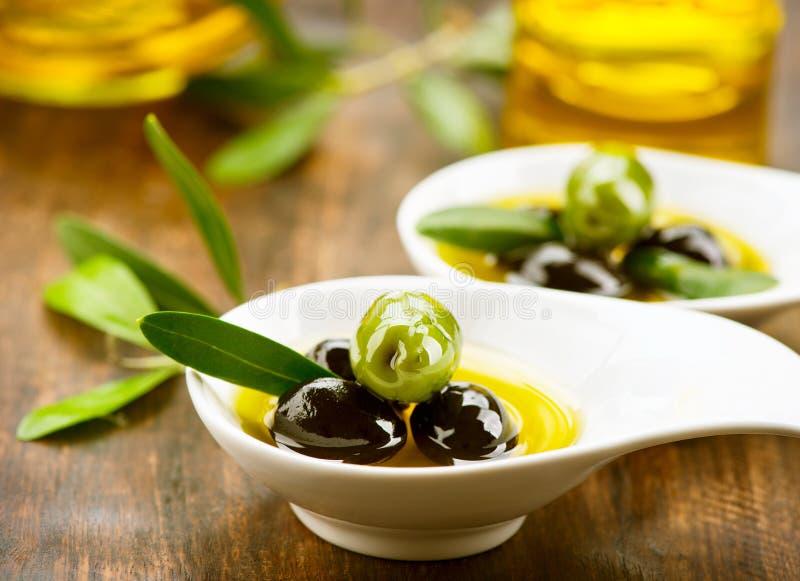 Azeitonas e petróleo verde-oliva foto de stock royalty free