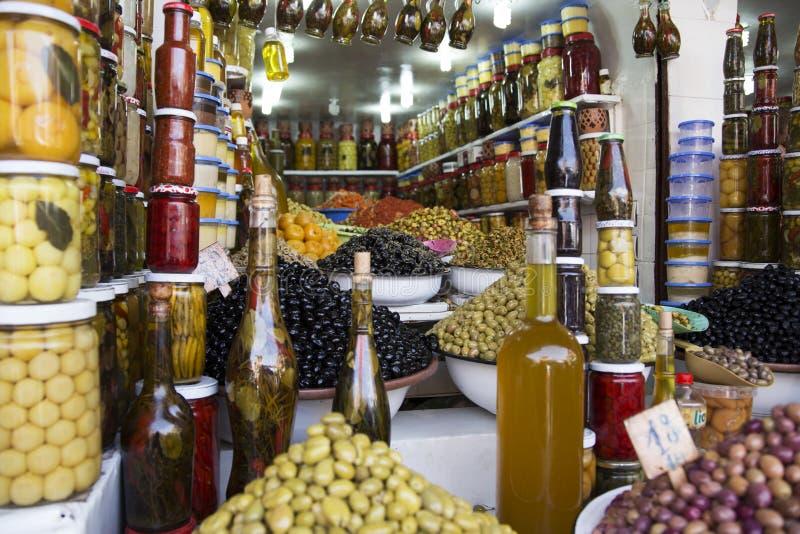 Azeitonas na loja no souq em C4marraquexe fotografia de stock