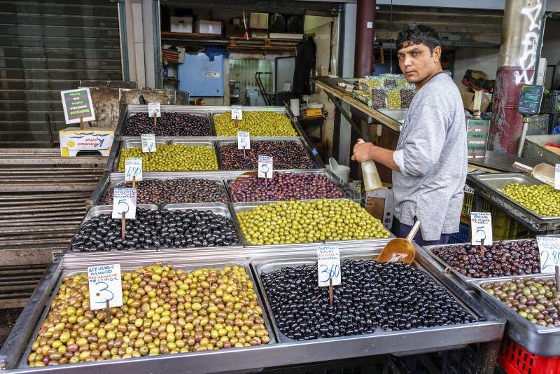 Azeitonas no mercado central, Atenas, Grécia foto de stock