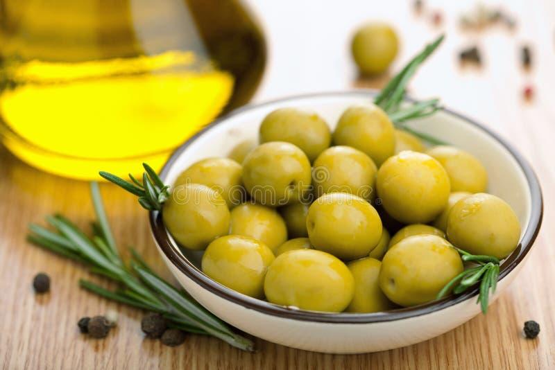 Azeitonas verdes e petróleo imagem de stock royalty free