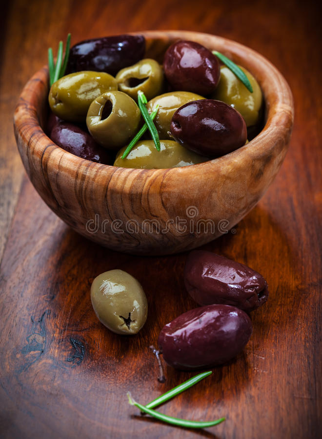 Azeitonas verdes e pretas deliciosas foto de stock