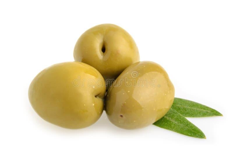 Azeitonas verdes isoladas foto de stock royalty free
