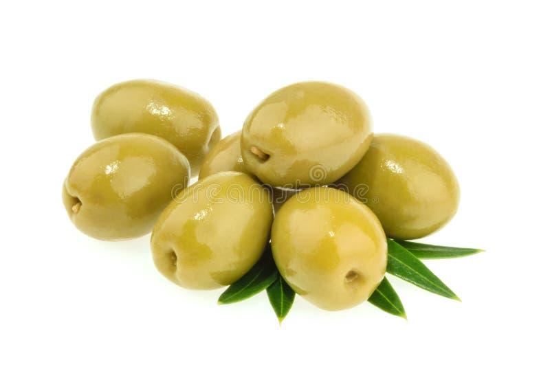 Azeitonas verdes isoladas imagens de stock